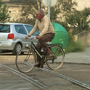 Un ciclista pasa por encima de unas vías de tren. (Foto: El Mundo)