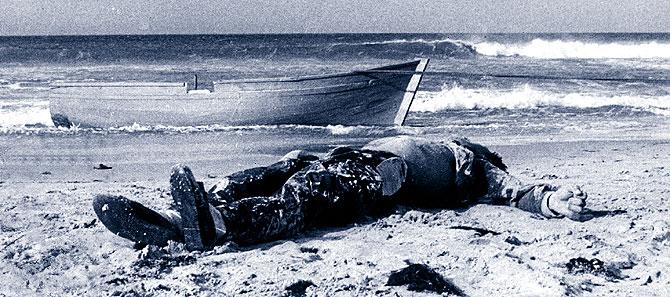 Imagen del primer cadáver de un inmigrante 'sin papeles' que naufragó en España. (Foto: Ildefonso Sena)