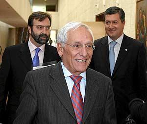 El presidente y director general de Caja Segovia, Atilano Soto, junto a José María Espinosa (d) y Manuel Escribano (i). (Foto: Ical)