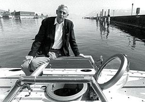 Piccard, con su submarino junto al Lago de Ginebra. (Foto: AP)