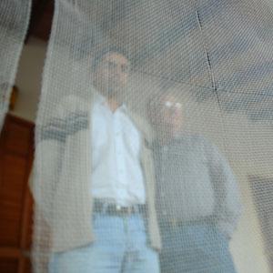 Toni ha parapetado la terraza y las ventanas de su vivienda, situada en medio de las dos antenas. (Foto: Alberto Vera)