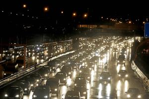 Atasco en una de las principales arterias de Madrid. (Foto: JAVI MARTÍNEZ)