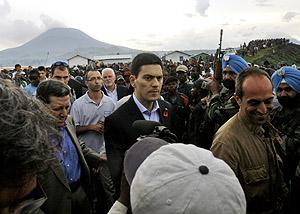 David Miliband durante su visita al Congo. (Foto: AP)