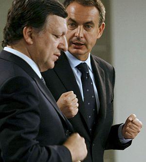 El presidente del Gobierno, José Luis Rodríguez Zapatero (d), y el presidente de la Comisión Europea, José Manuel Durão Barroso. (Foto: EFE)