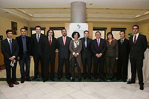 El equipo de investigadores asturianos con la ministra de educación y el presidente de la Fundación ONCE. (Foto: ONCE)