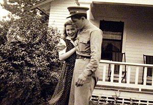 Madelyn Dunham, junto a su marido Stanley, en una imagen sin datar tomada durante la Segunda Guerra Mundial. (Foto: AP)