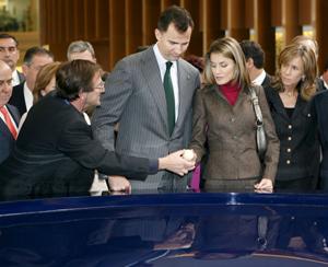 La Princesa de Asturias saluda al director del Parque de las Ciencias de Granada, Ernesto Páramo, durante la inauguración. (Foto: EFE)