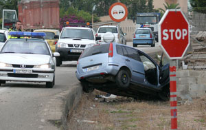 Un coche sufre un accidente en una carretera de Mallorca. (Foto: Cati Cladera)