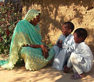 Una madre con sus hijos, cerca de la frontera de Chad con Sudán. (Foto: AFP)