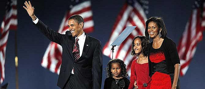 Los Obama: Barack, Michelle y sus hijas Sacha y Malia, saluda a la multitud reunida en Grant Park. (Foto: REUTERS)