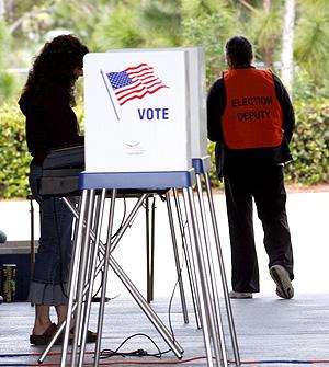 Una mujer vota en Palm Beach County, Florida. (Foto: EFE)