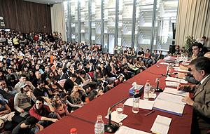 El rector de la Universitat de València, Francisco Tomás (d), durante el debate que se ha celebrado en la Facultad de Filosofía. (Foto: EFE)