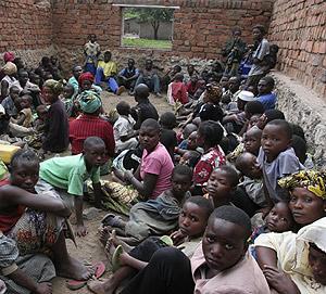 Desplazados congoleños, hacinados en una escula de Kiwanja. (Foto: Reuters)