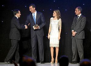 Los Príncipes, en presencia del presidente Camps, entregaron el premio a José Antonio Fernández Ramos (Foto: ERNESTO CAPARRÓS).