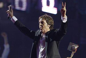 Paul McCartney gesticula al recibir el premio. (Foto: AP)