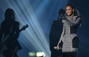 Beyoncé y su traje galáctico, durante la actuación en la gala. (Foto: AP)