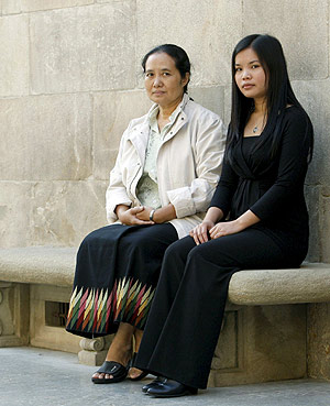 Cynthia Maung y Zoya Phan, en nombre de San Suu Kyi , galardonadas con el Premio Internacional de Cataluña 2008. (Foto: Toni Albir)