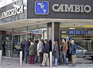 Varios ciudadanos hacen cola en una oficina de cambio de moneda del distrito financiero de Buenos Aires. (Foto: REUTERS)
