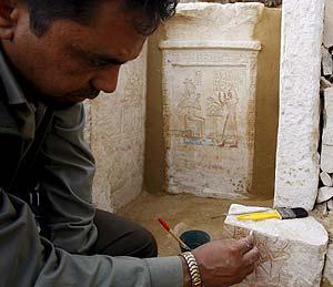 Un arqueólogo muestra una de los grabados de la pirámide. (Foto: EFE)