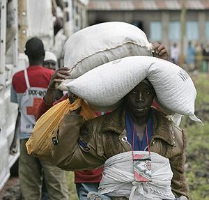 Un joven trasporta el saco de ayuda de Cruz Roja. (Foto: Karel Prinsloo)