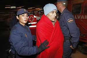 La policía atiende a los inmigrantes llegados a las costas de Almería. (Foto: REUTERS)