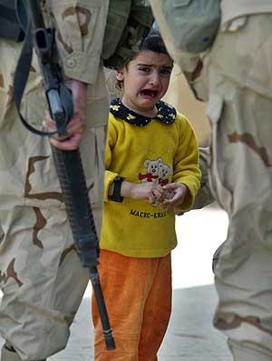 Una niña iraqui llora entre dos soldados norteamericanos. (Foto: Anja Niedringhaus)