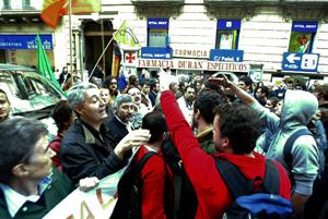 Varios manifestantes han increpado a los representantes de C's. (Foto: Quique García)