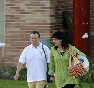 De Juana Chaos al abandonar la cárcel de abandona la cárcel de Aranjuez en compañía de su mujer el pasado dos de agosto. (Foto: AFP)