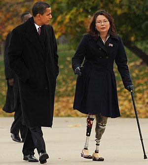 Obama camina junto a una veterana de la guerra de Irak en Chicago. (Foto: AFP)