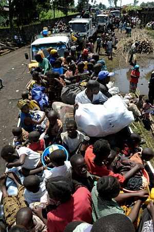 Varios camiones abarrotados de desplazados por la guerra en el Congo. (Foto: AFP)