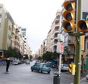 Un agente dirige el tráfico durante el apagíon (Foto: Jordi Avellà).