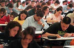 Alumnos durante una prueba de Selectividad (Foto: Iñaki Andrés)