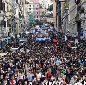 Los manifestantes ocupan la avenida Cavour, en la capital italiana. (Foto: AFP)