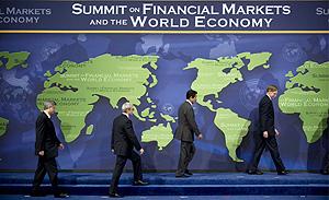 Los asistentes suben al escenario para la foto oficial de la Cumbre. (Foto: Efe)