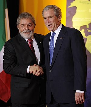 Lula saluda a Bush en la cumbre del G-20. (Foto: AFP)