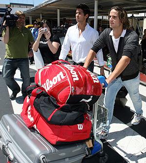 Fernando Verdasco y Feliciano López, en el aeropuerto de Ezeiza. (Foto: Efe)