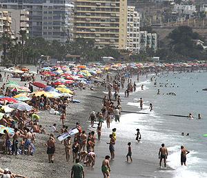 Bloques de vivienda junto a la playa. (Foto: EFE)