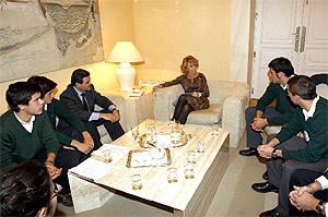 Aguirre se reúne con los amigos de Alvaro Ussía y el director del colegio Monte Tabor. (Foto: EFE)
