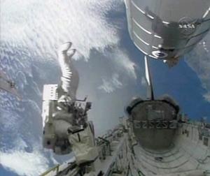El astronauta del 'Endeavour' Stephen Bowen en plena maniobra. (Foto: AP/NASA)