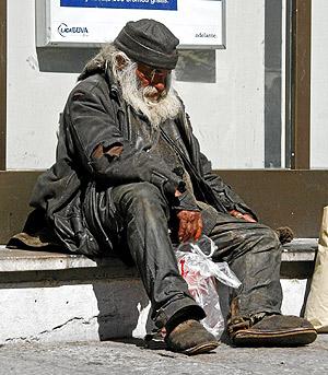 Un anciano sin hogar, en una calle de León. (Foto: la Fototeka)