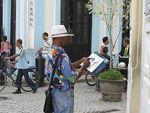Uno de los espontáneos pintores que hacen caricaturas al turista. (Fotos: E. Rojo)