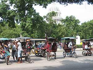 Los conductores de las 'bicitaxis' rivalizan por los clientes en las calles de La Habana.