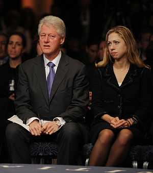 Bill Clinton y su hija Chelsea, durante una conferencia. (Foto: AFP)