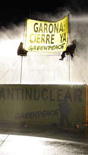 Empleados lanzan agua a dos activistas. (Foto: Greenpeace)