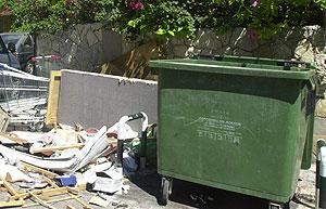 Cubos vacíos y la basura esparcida por todas partes (Foto: El Mundo).