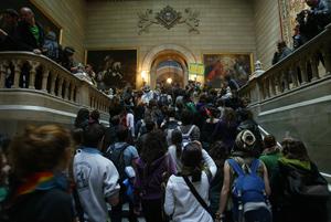 Los estudiantes, en el claustro de la UB. (Foto: Domènec Umbert)