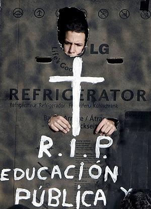 Un estudiante universitario protesta contra el plan de Bolonia. (Foto: EFE)