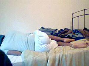 'CandyJunkie', tumbado en la cama tras suicidarse. (Foto: livevideo.com)