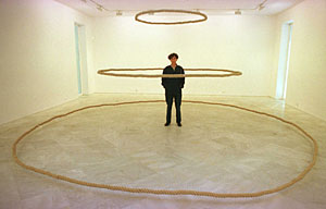 La artista, en una de sus instalaciones en una imagen de archivo. (Foto: Carlos Márquez)