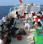 Limpieza de un bloque hallado en la bahía de Alejandría, a bordo del 'Princess Duda'. (Foto. Rosa M. Tristán)